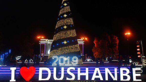 Новогодняя елка у здания оперы и балета в Душанбе