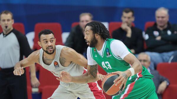 Игрок Уникса Пиеррия Хенри (справа) и игрок Олимпиакоса Найджел Уильямс-Госс
