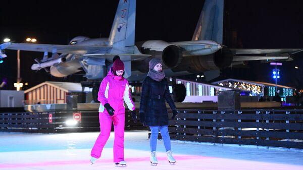 Отдыхающие на открытии Города зимы на территории ВДНХ в Москве