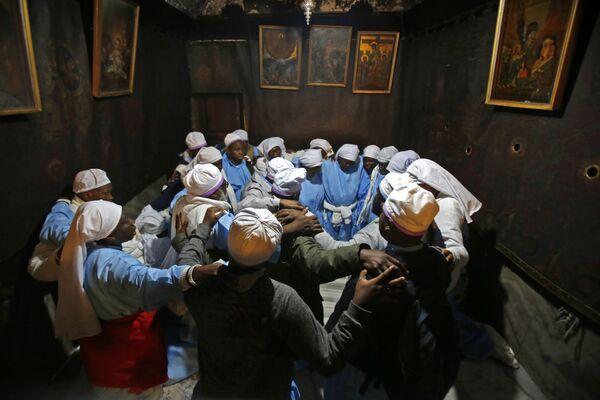 Нигерийские паломники молятся в Гроте, город Вифлеем