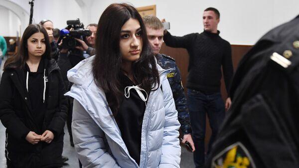 Крестина Хачатурян и Ангелина Хачатурян, обвиняемые в убийстве своего отца Михаила Хачатуряна