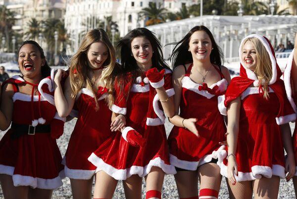 Девушки в новогодних костюмах позируют на пляже в Ницце