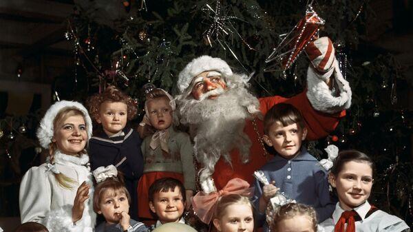 Дед Мороз и Снегурочка с детьми на новогодней елке в одном из московских клубов