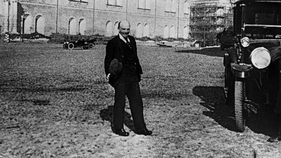 Владимир Ленин на прогулке во дворе Кремля. 16 октября 1918 года