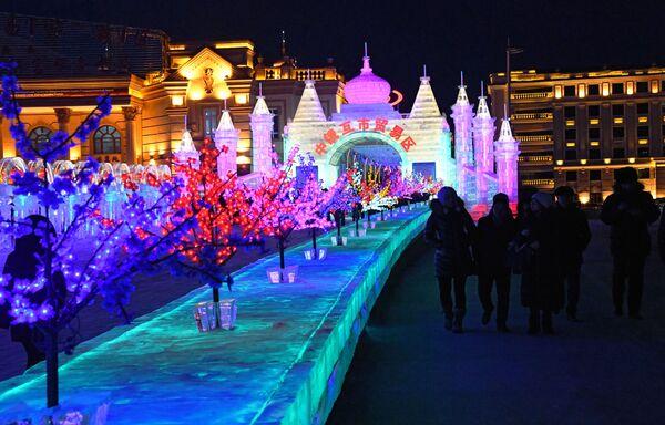 Ледяной город на международном фестивале снега и льда в городе Маньчжурия
