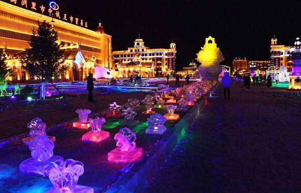 Ледяные фигуры на международном фестивале снега и льда в городе Маньчжурия