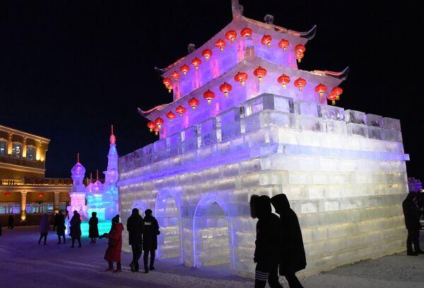 Ледяная пагода на международном фестивале снега и льда в городе Маньчжурия