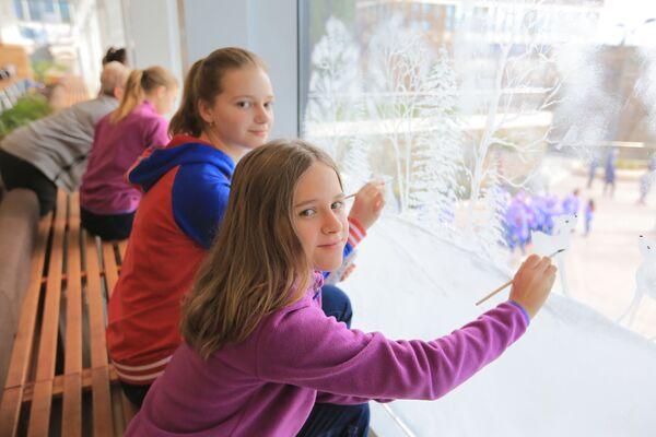 Артековцы украшают росписью окна перед Новым годом