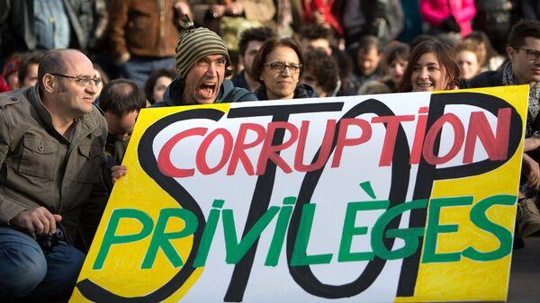 Участники акции протеста против коррупции политиков на площади Республики в Париже