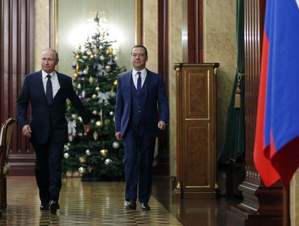 Президент РФ Владимир Путин и председатель правительства РФ Дмитрий Медведев перед началом встречи с членами правительства РФ. 26 декабря 2018.