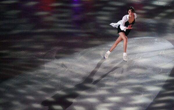Евгения Медведева выступает в показательных выступлениях на чемпионате России по фигурному катанию в Саранске