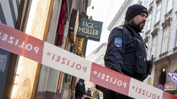 Сотрудники австрийской полиции рядом с местом преступления