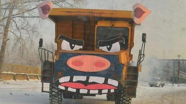 Карьерный самосвал в костюме свиньи в Красноярске