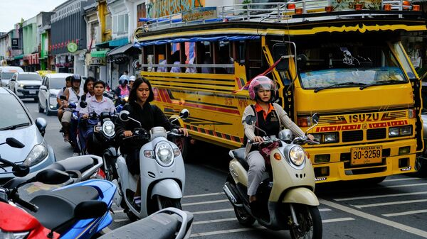 Дорожное движение в исторической части Пхукет Тауна в провинции Пхукет на острове Пхукет