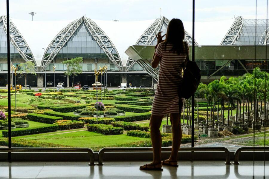 Девушка в международном аэропорту Суварнабхуми в Бангкоке