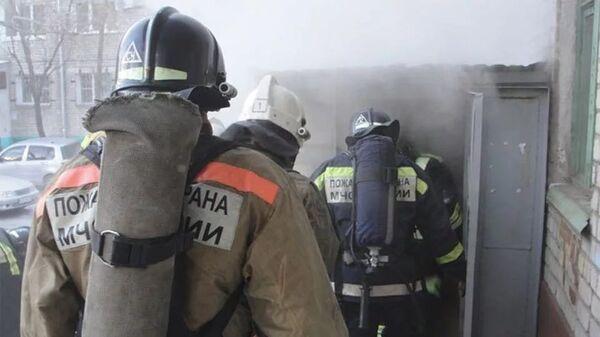 Спасатели на месте обрушения подъезда в жилом доме в Магнитогорске. 31 декабря 2018