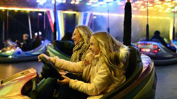 Люди катаются на аттракционах после встречи Нового года в Ялте