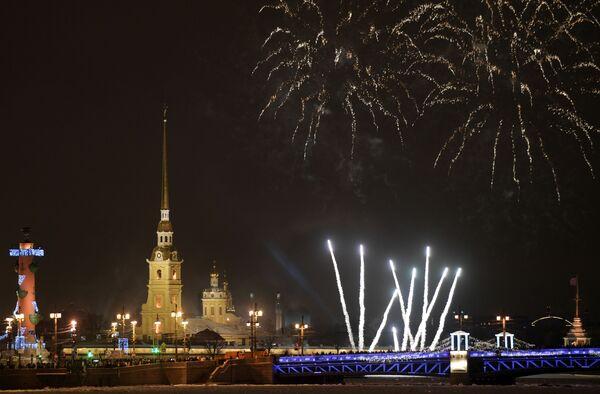 Фейерверк во время празднования Нового года - 2019 в Санкт-Петербурге