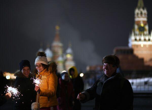 Горожане и гости столицы во время встречи Нового года 2019 на Красной площади в Москве
