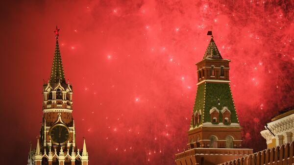 Праздничный фейерверк, посвященный встрече Нового года, в Москве