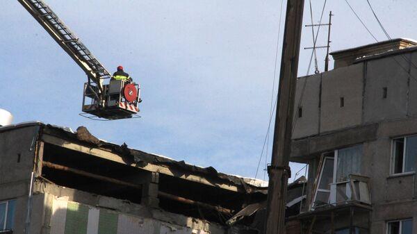 Сотрудник МЧС РФ на месте обрушения одного из подъездов жилого дома в Магнитогорске, где произошел взрыв бытового газа. 1 января 2019