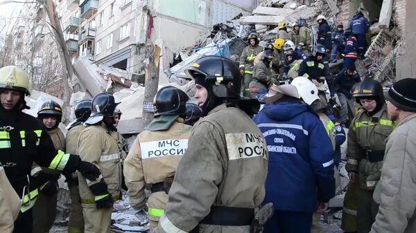 Сотрудники МЧС России во время спасения одного из жителей из под завалов в результате взрыва газа в жилом доме на проспекте Карла Маркса дом 164 в Магнитогорске. 31 декабря 2018