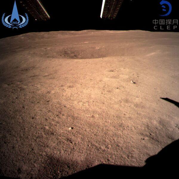 Первое изображение обратной стороны Луны, полученное с помощью китайского аппарата Чанъэ-4. 3 января 2019