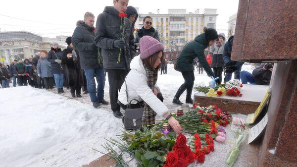 Местные жители возлагают цветы к памятнику Орлёнок в Челябинске на акции памяти по погибшим при обрушении одного из подъездов дома в Магнитогорске. 3 января 2019