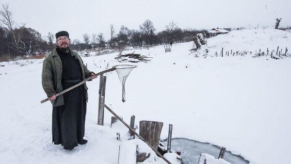 Игумен Агафангел (Белых) на территории монастырского скита в селе Новотроевке Белгородской области