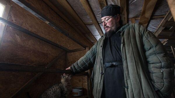 Игумен Агафангел (Белых) с котом Тайсоном на территории монастырского скита в селе Новотроевке Белгородской области