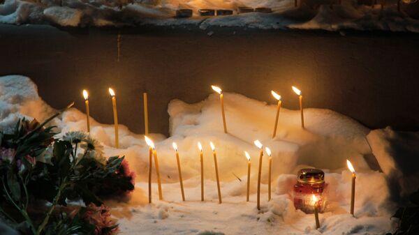 Свечи на месте обрушения одного из подъездов жилого дома в Магнитогорске