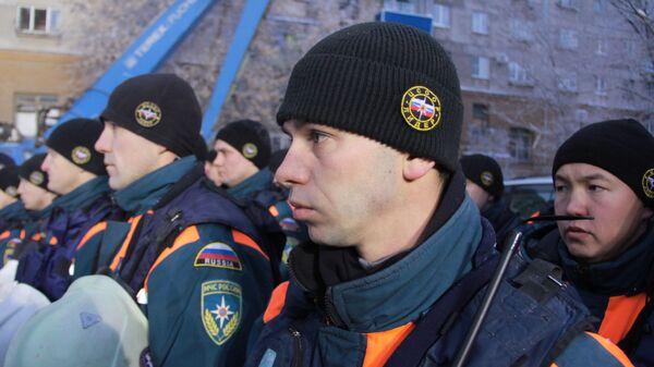 Сотрудники МЧС РФ во время минуты молчания по погибшим после обрушения одного из подъездов жилого дома в Магнитогорске