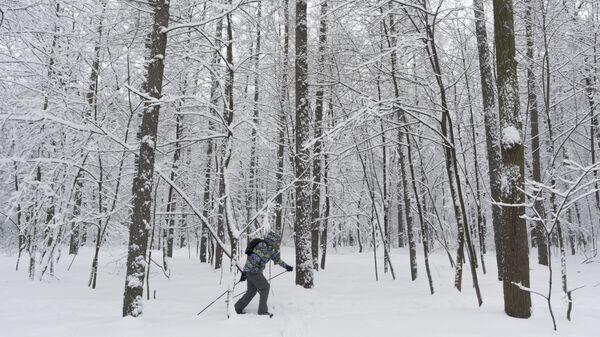 Мужчина идет на лыжах