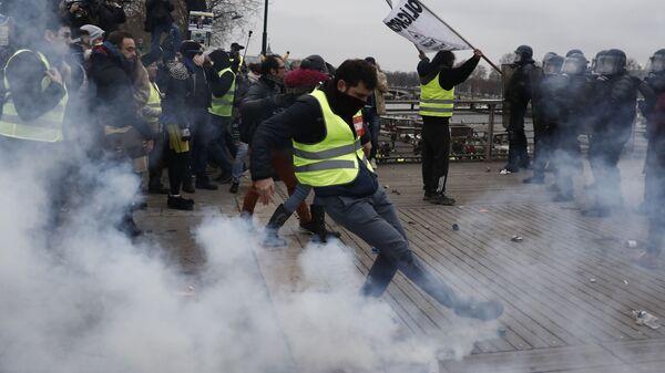 Демонстранты во время акций желтых жилетов во Франции
