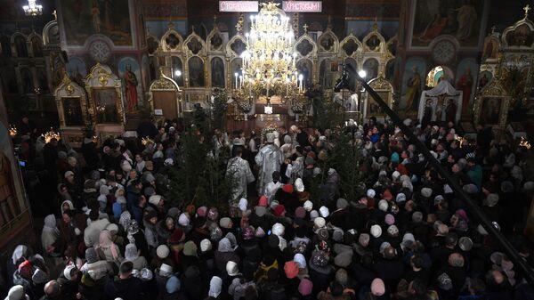 Верующие во время рождественского богослужения в Вознесенском кафедральном соборе в Новосибирске