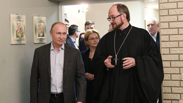 Президент РФ Владимир Путин во время посещения Детского хосписа в Санкт-Петербурге. 6 января 2019