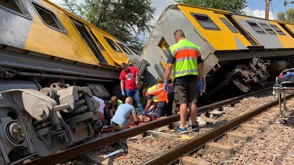 Служба спасения на месте крушения поезда в Претории, Южная Африка. 8 января 2019