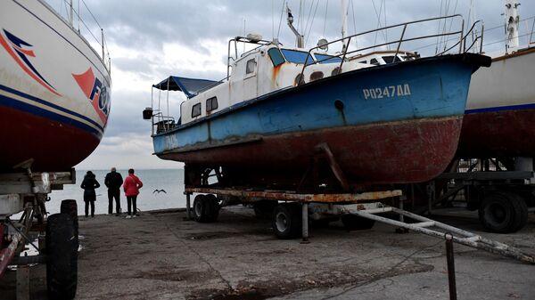 Яхты на пристани яхт-клуба в Евпатории