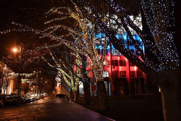 Новогодняя иллюминация на одной из улиц в Севастополе