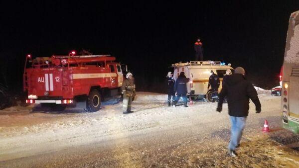 Спасатели на месте ДТП на автодороге Сыктывкар-Троицко-Печорск. 10 января 2019
