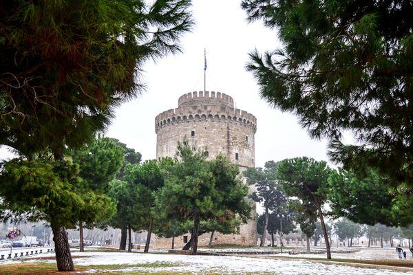 Памятник архитектуры и музей Белая башня в прибрежном районе города Салоники