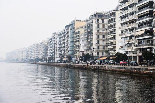 Жилые дома вдоль набережной Термического залива Эгейского моря в Салониках