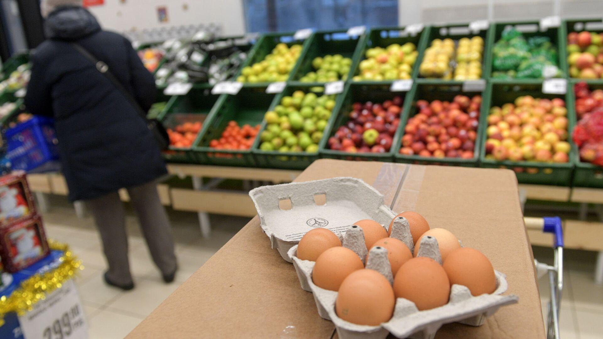 Упаковка яиц 9 штук в магазине сети Народная 7Я в Санкт-Петербурге - РИА Новости, 1920, 11.02.2021
