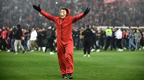 Болельщик выбежавший на поле во время матча Олимпиакос - Милан