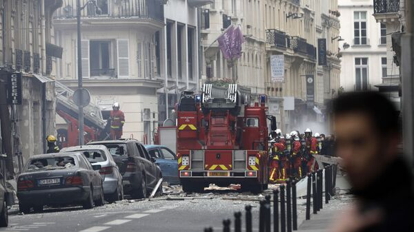 Пожарные на месте взрыва в 9-м округе Парижа. 12 января 2019
