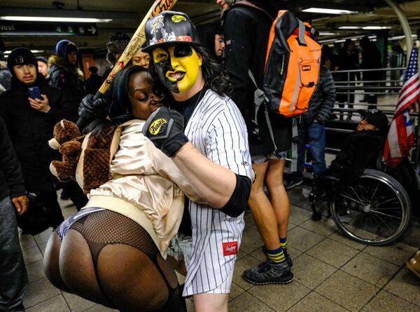 Участники флешмоба В метро без штанов на одной из станций метро Нью-Йорка