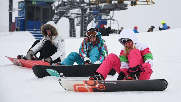 Сноубордисты на горнолыжном курорте Сорочаны в Московской области