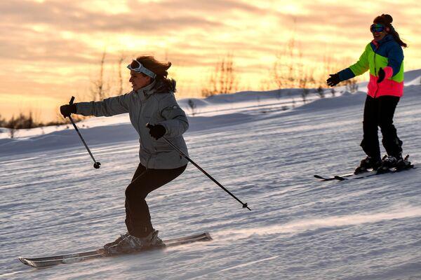 Лыжницы на склоне горнолыжного курорта Лисья Гора в Московской области