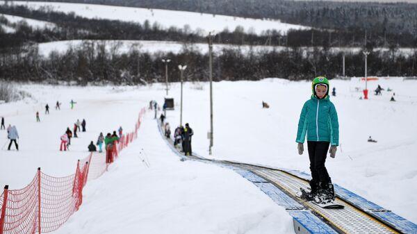 Люди отдыхают на территории спортивного парка Волен в Московской области