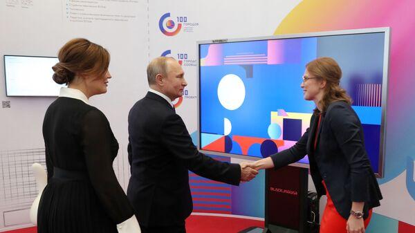 Владимир Путин во время осмотра выставки, приуроченной к заседанию наблюдательного совета Агентства стратегических инициатив. 15 января 2019
